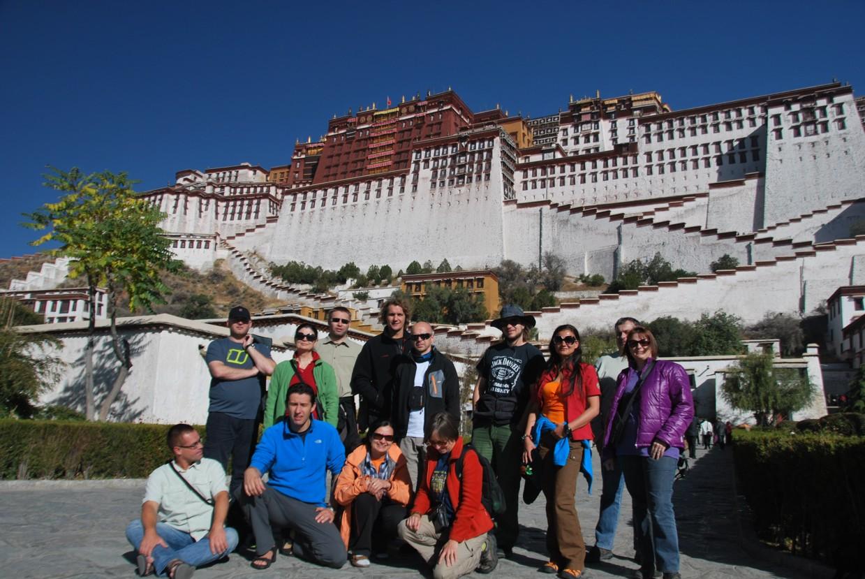 grupa_2011_na_tle_palacu_potala_w_lhasa