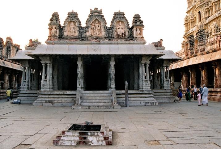 Indie_poludniowe_Vijayanagar_sala_z_kolumnami_muzycznymi